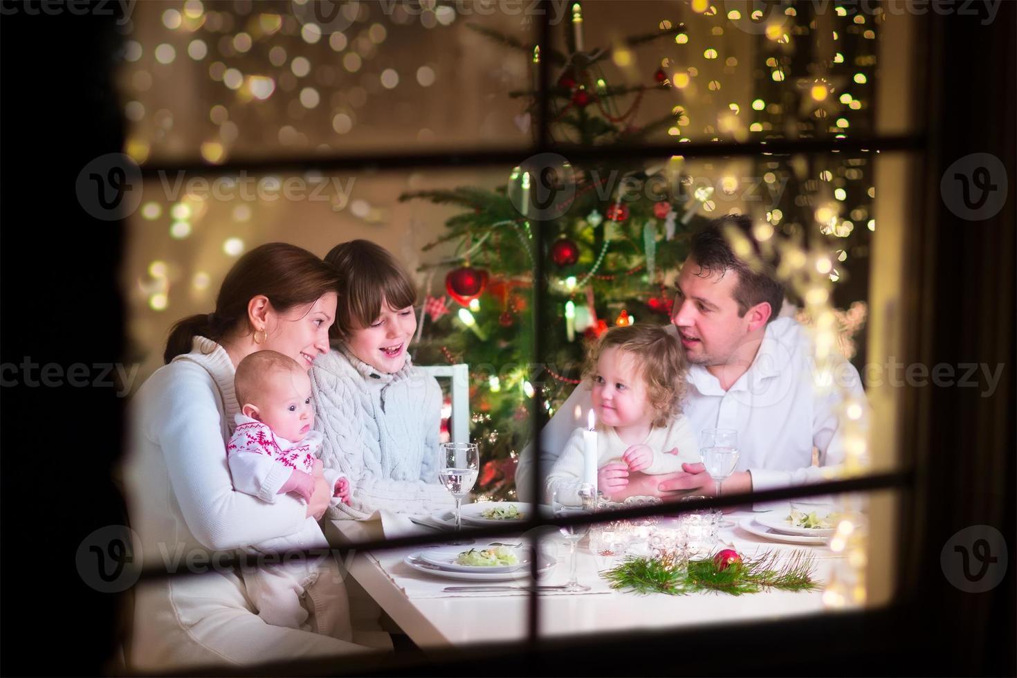 gelukkige familie bij kerstdiner foto