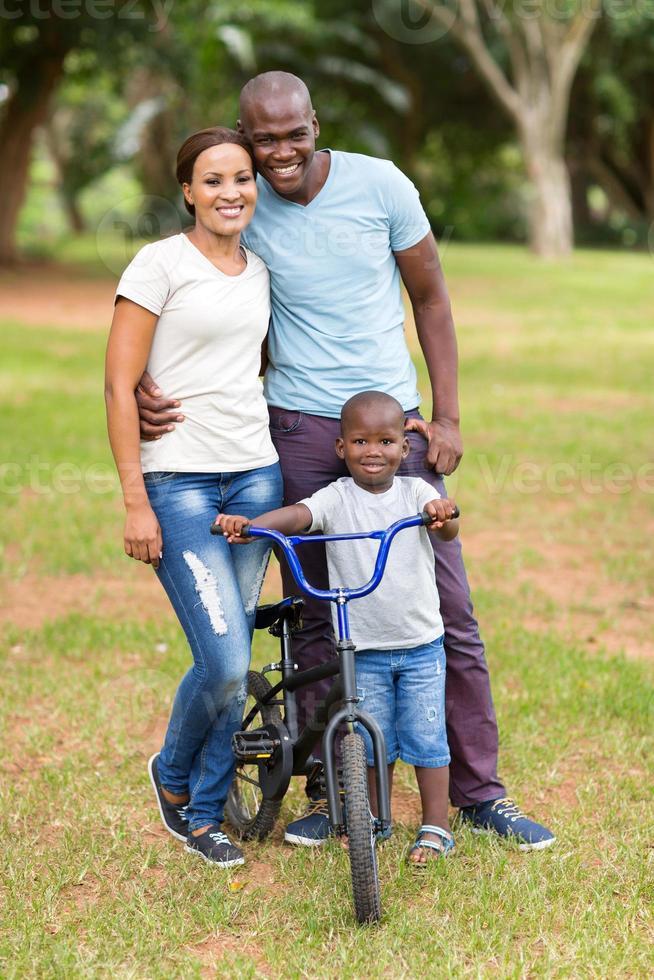 jonge Afro-Amerikaanse familie buitenshuis foto