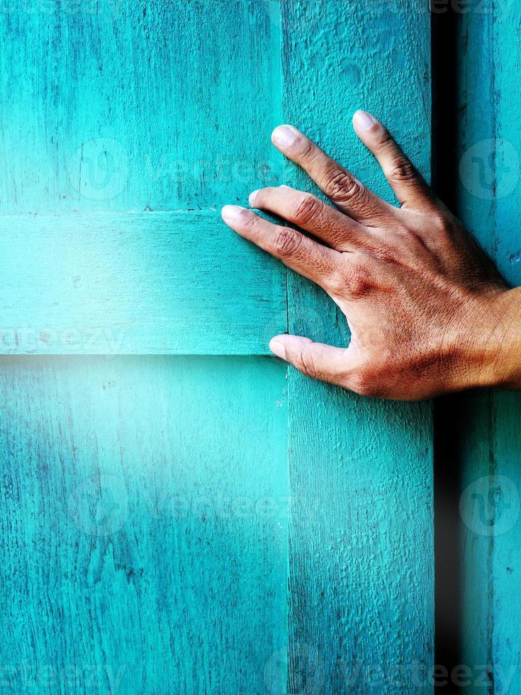 hand opent een blauw venster foto