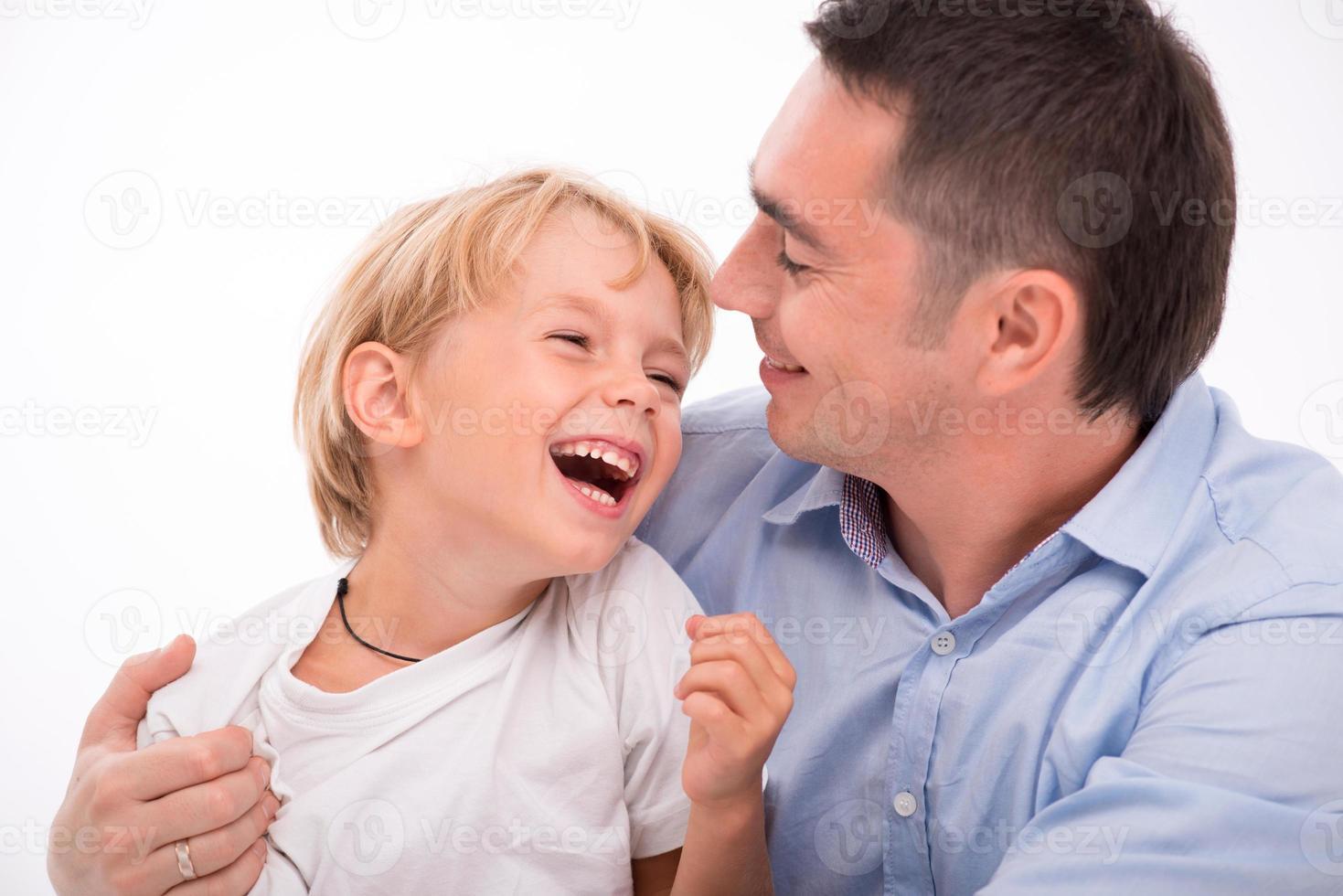 gelukkige familie geïsoleerd op een witte achtergrond foto