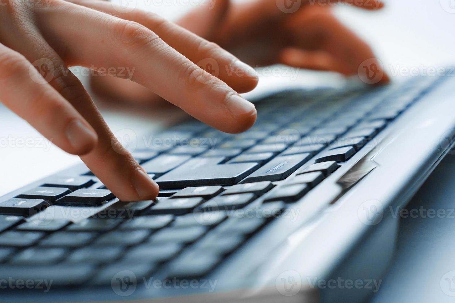 afbeelding van man handen typen. selectieve aandacht foto