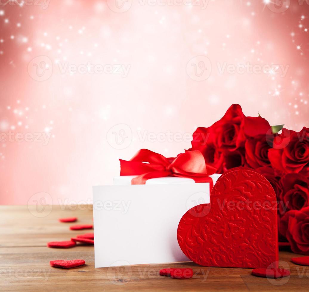 boeket rozen op houten bureau foto