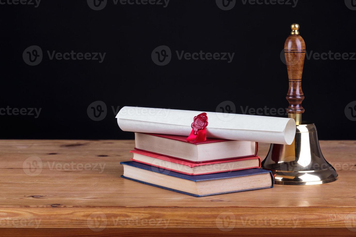 schoolbank met bel zwarte achtergrond foto