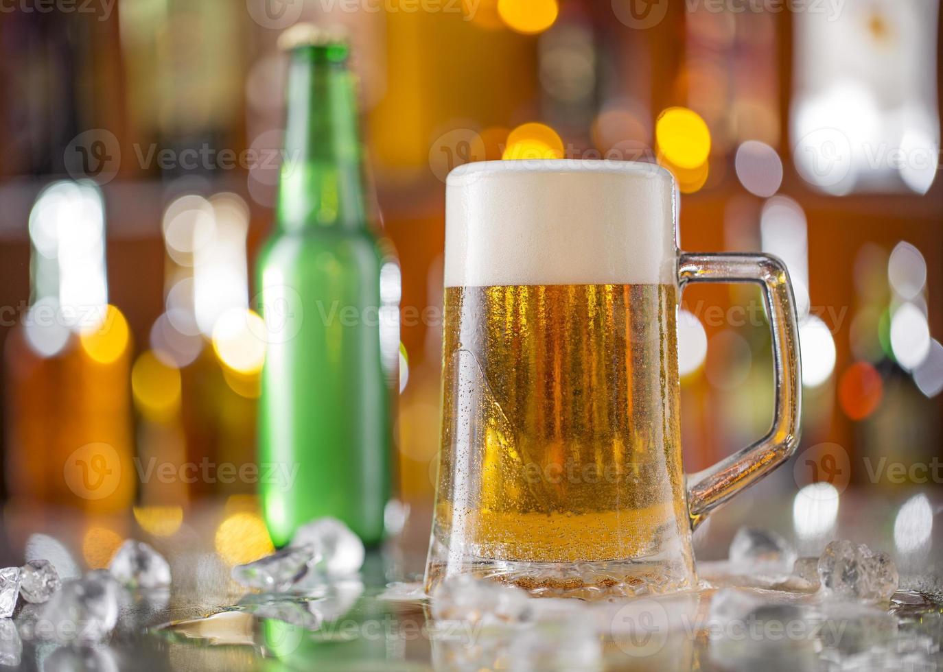 flesje bier met glas op bar bureau foto