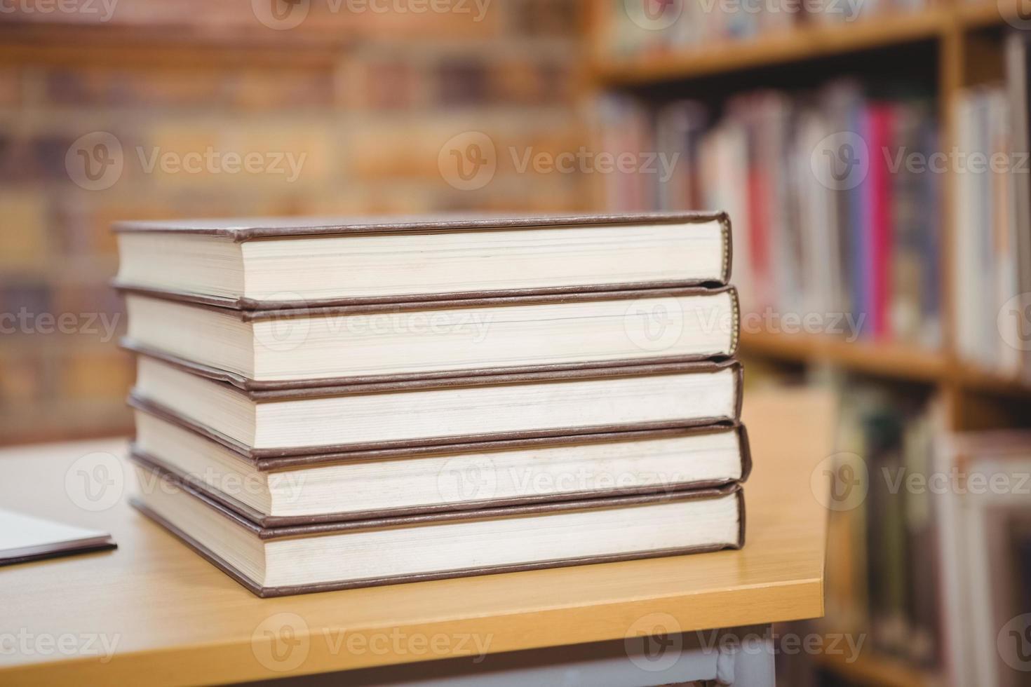 vier boeken op het bureau foto