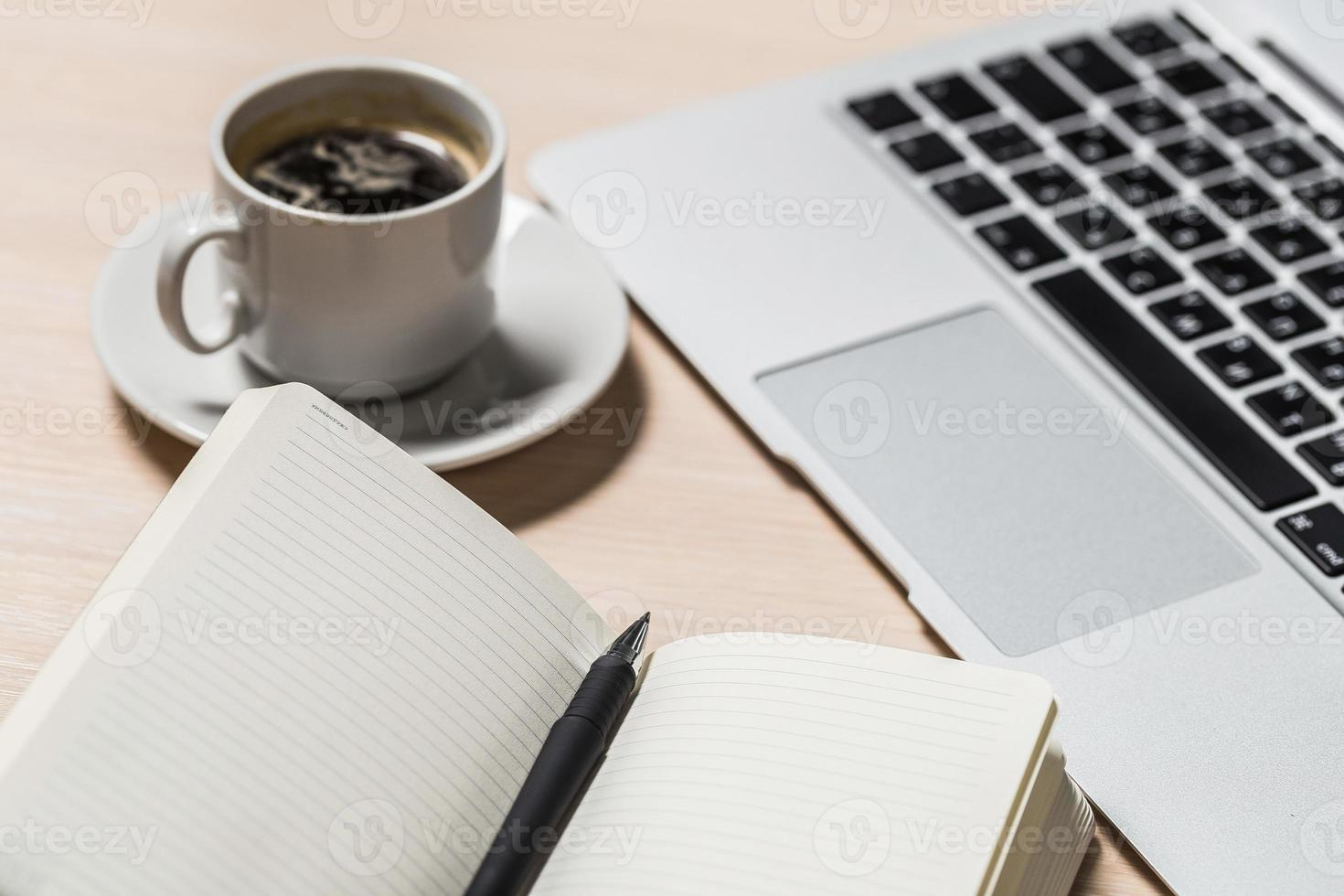kantoor bureau bovenaanzicht met laptop foto