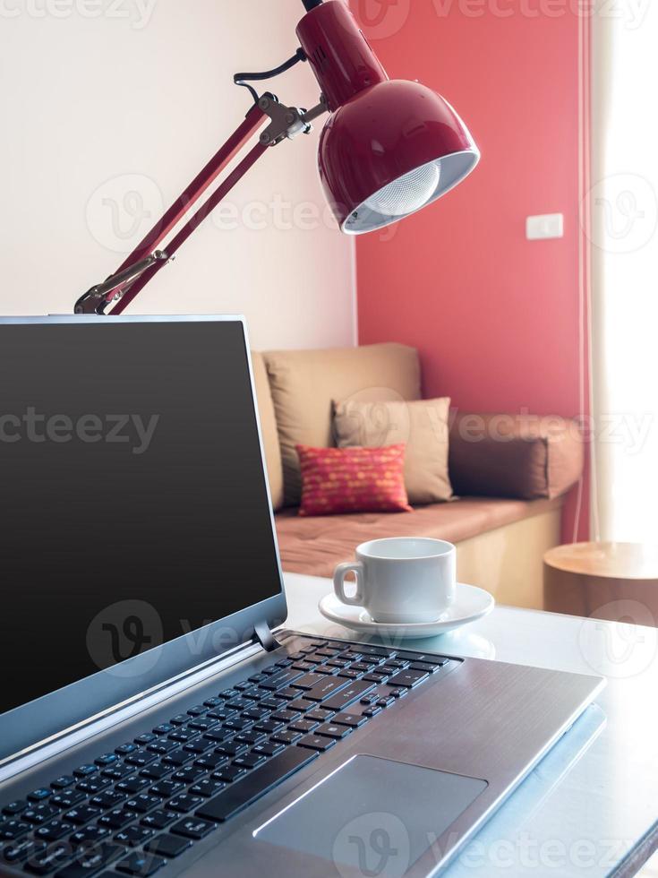 opengeklapte laptop met een leeg scherm op het bureaublad in een modern kantoor foto