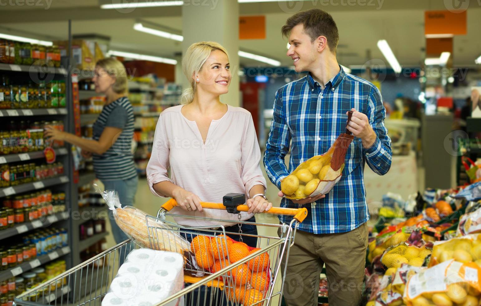 familie die zoete vruchten koopt foto
