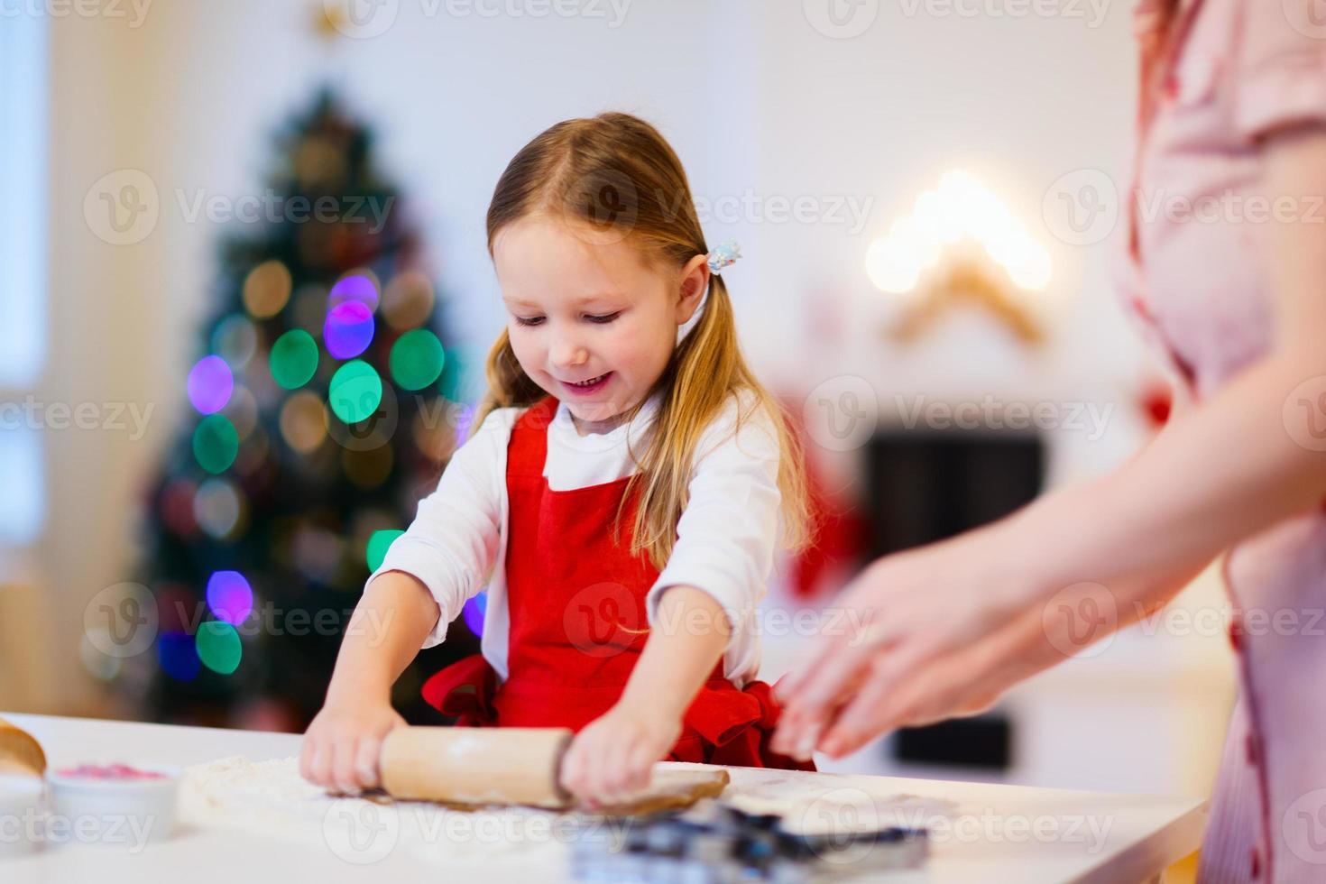 familie bakken op kerstavond foto