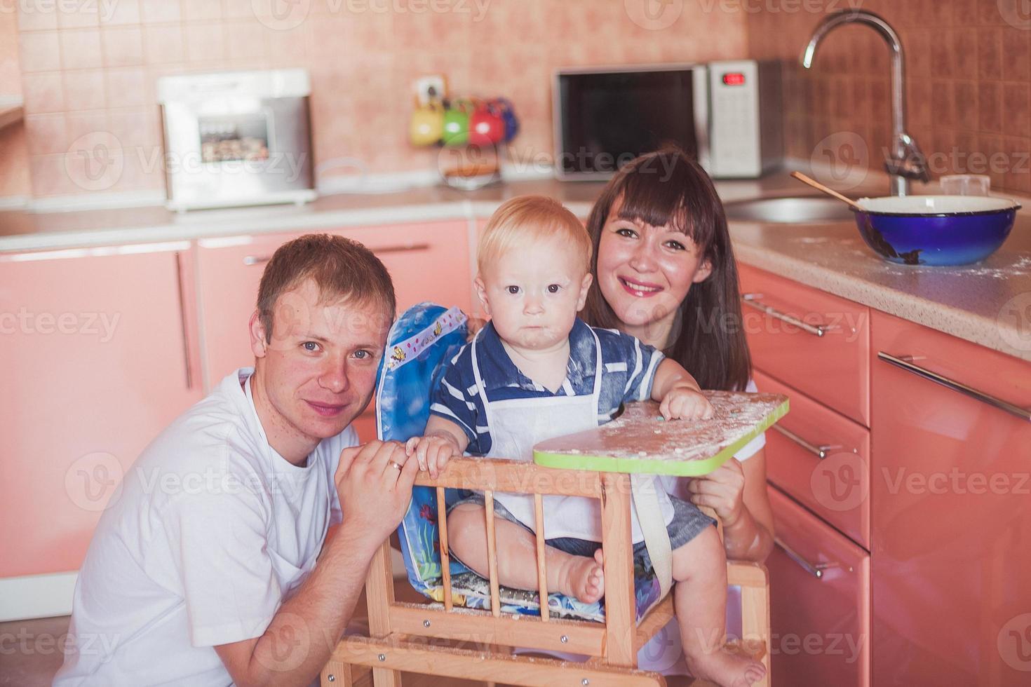 gelukkig lachend gezin in de keuken foto