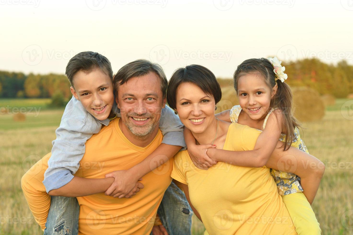 gelukkige familie in een tarweveld foto