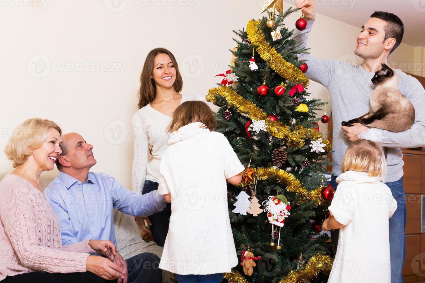 familie bij de kerstboom foto