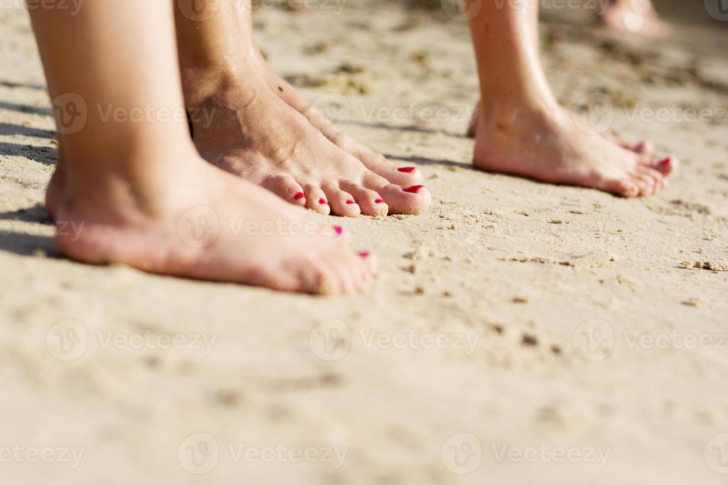 op blote voeten familie in het zand foto