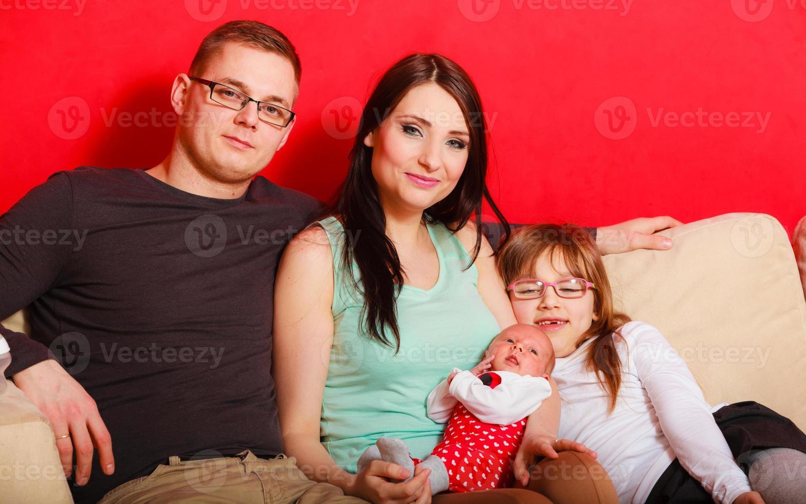 gezin met pasgeboren babymeisje portret foto