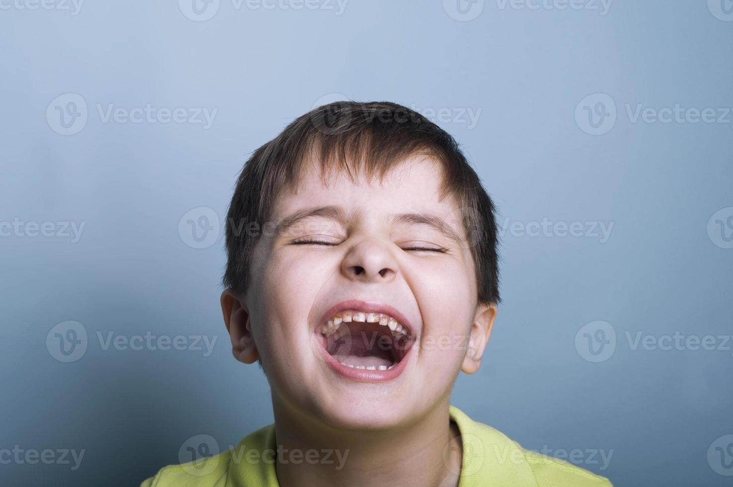 huilende jongen foto