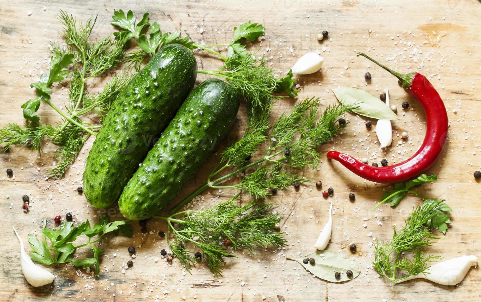 gepekelde komkommers bereiden met specerijen en kruiden, bovenaanzicht, sel foto