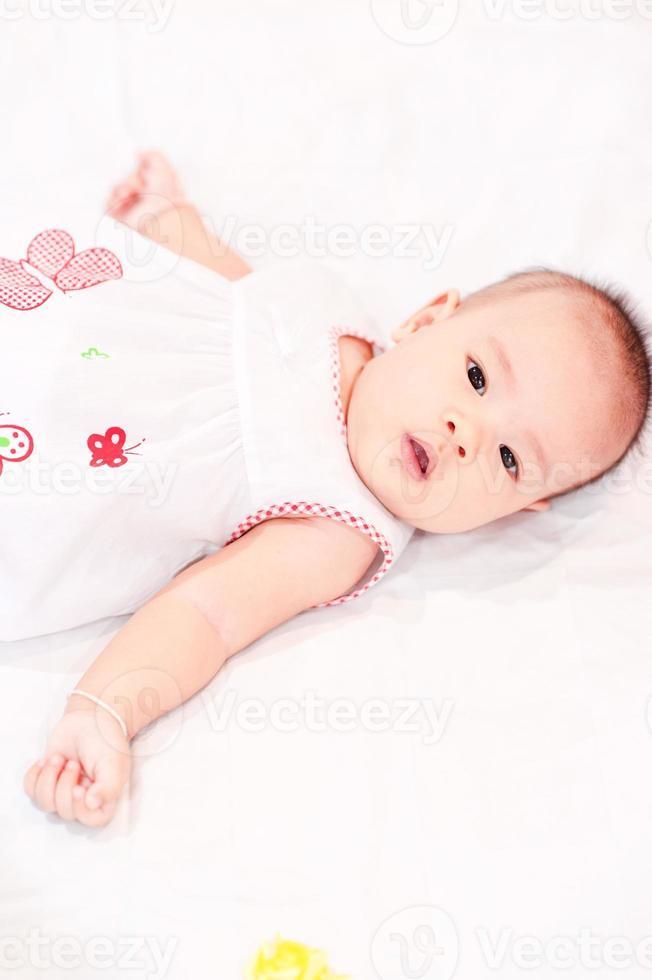 pasgeboren baby liggend in bed foto