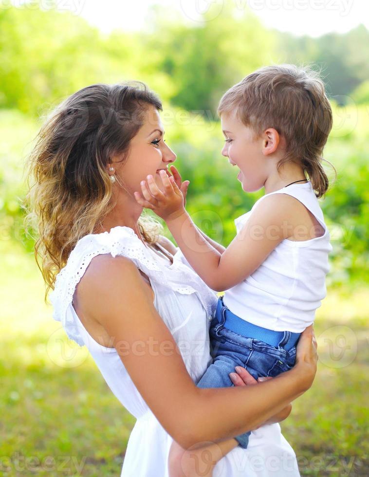 moeder met kind zoon plezier buitenshuis in zomerdag foto