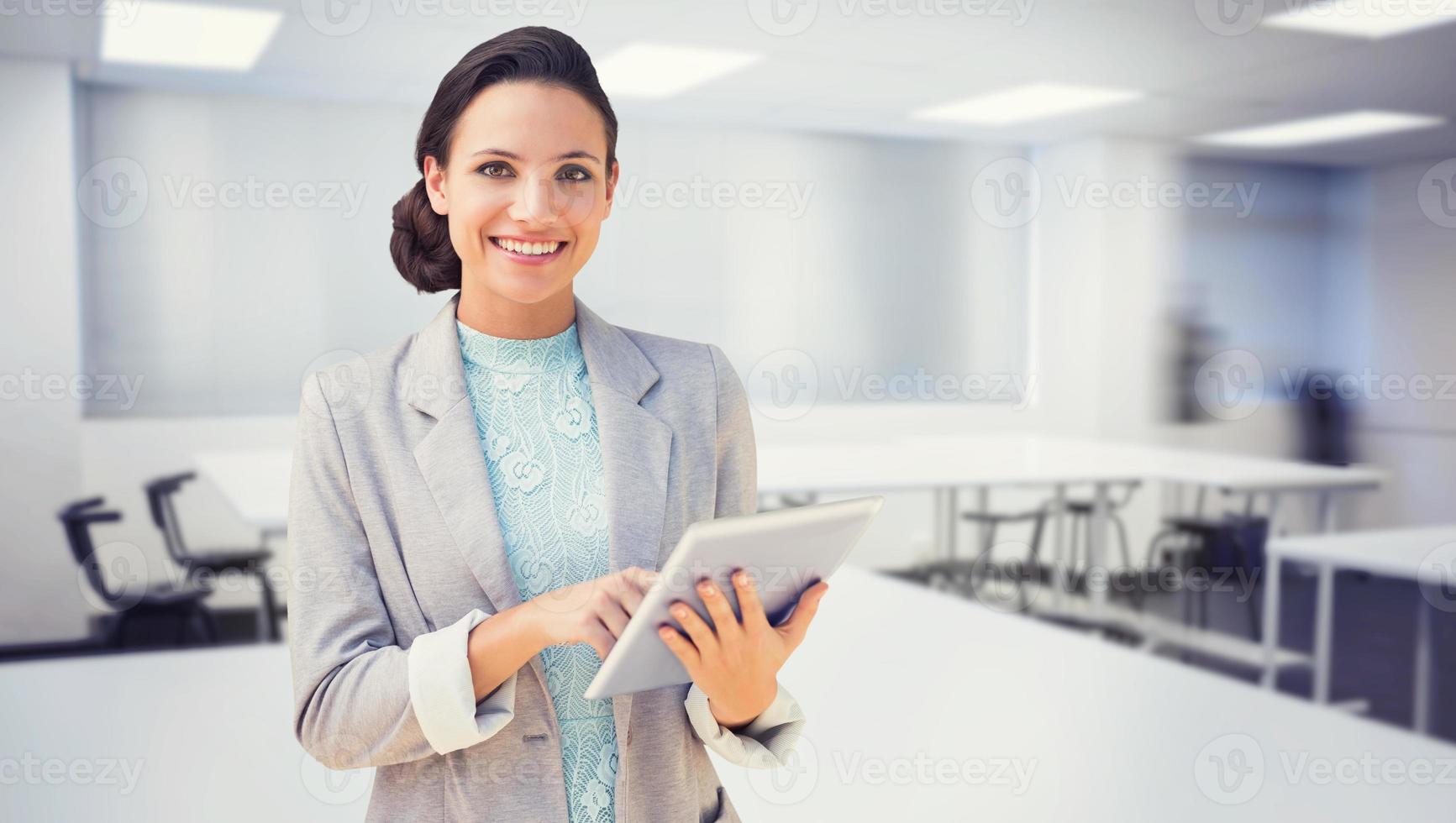 samengesteld beeld van brunette met behulp van tablet pc foto