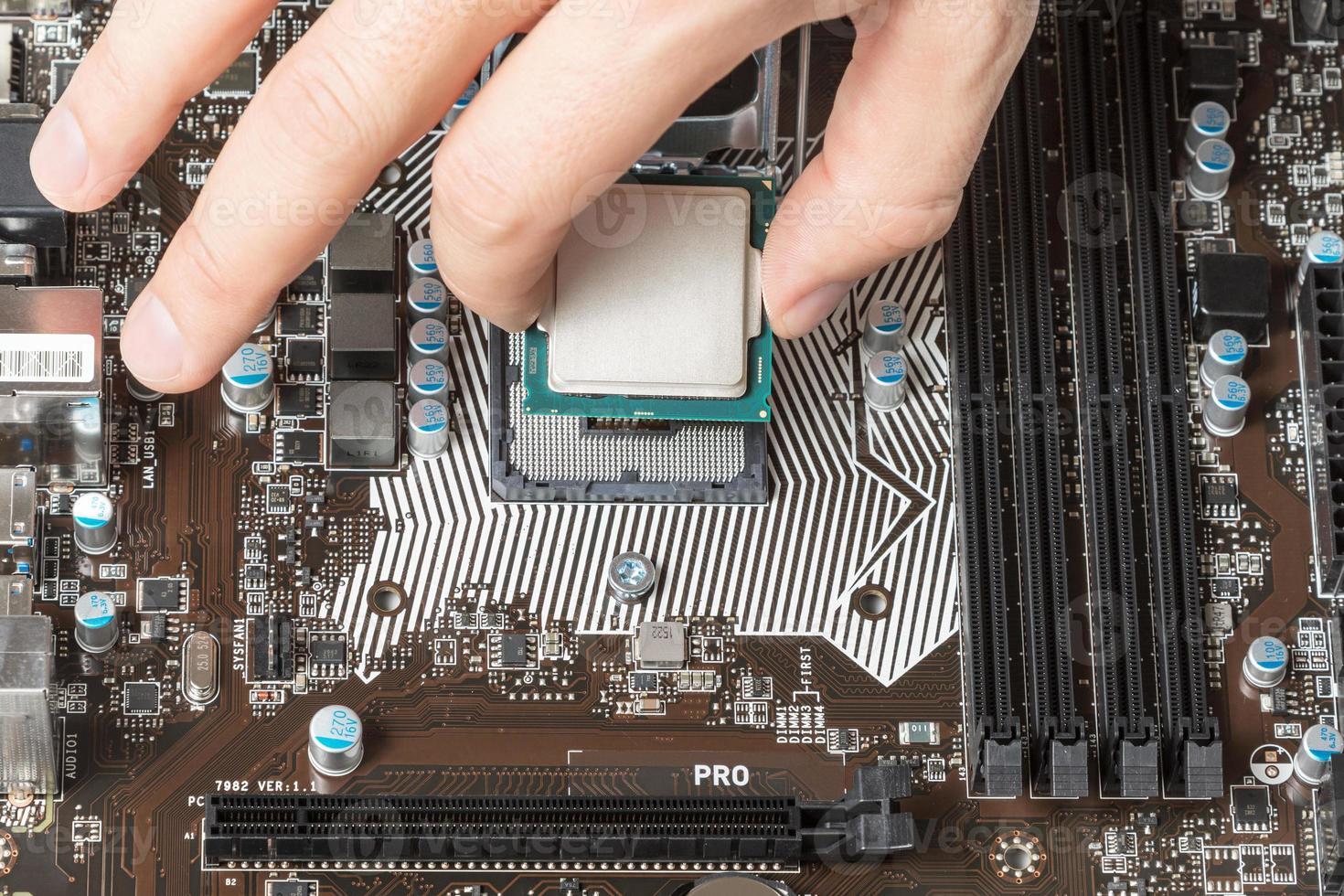 moderne centrale processoreenheid installeren op het moederbord foto
