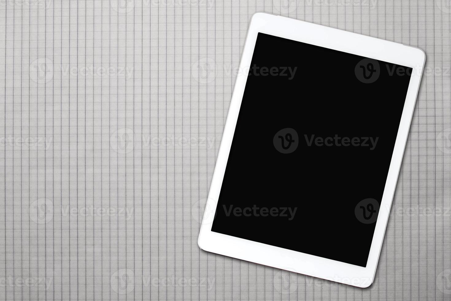 witte tablet op een stuk geruit foto
