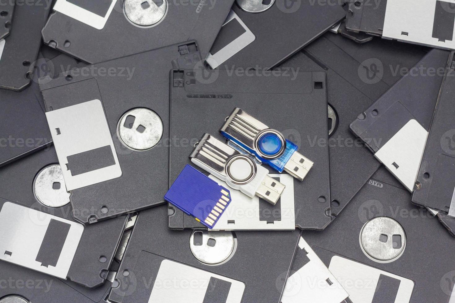 usb-flashgeheugen, sd-kaart en diskette foto
