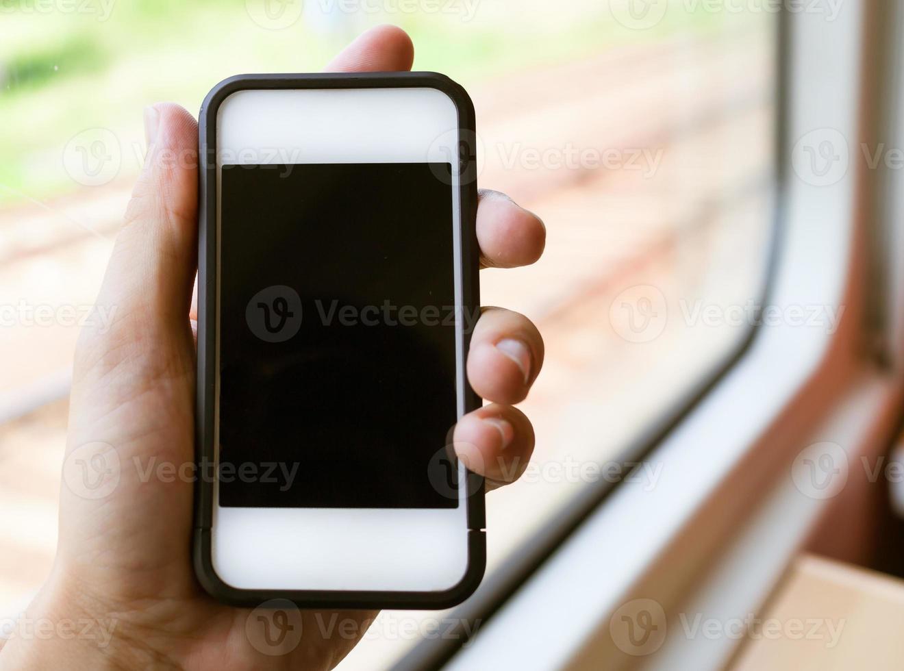 vrouw met behulp van slimme telefoon tijdens het rijden van de metro foto