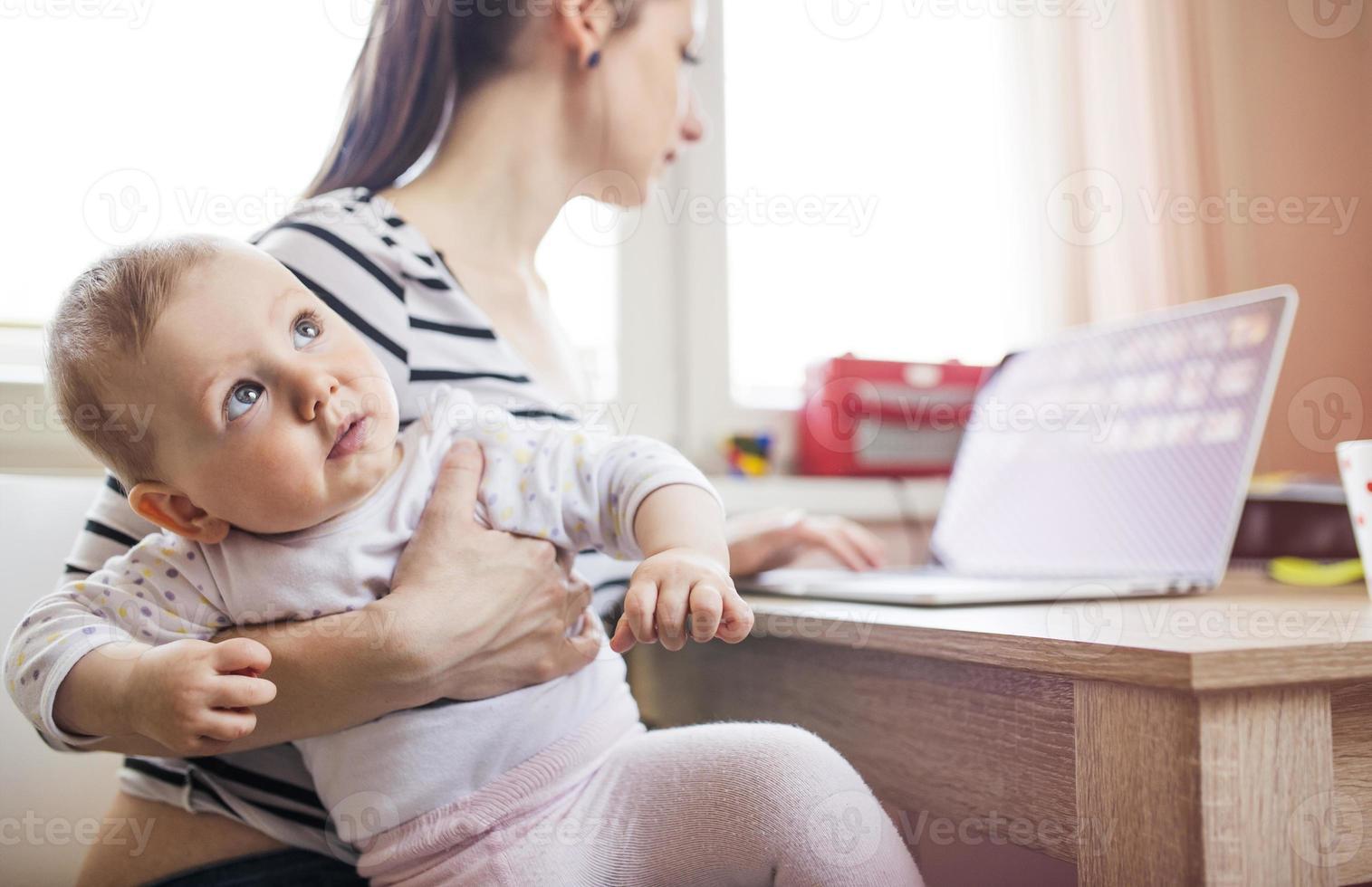 jonge moeder thuiswerken foto