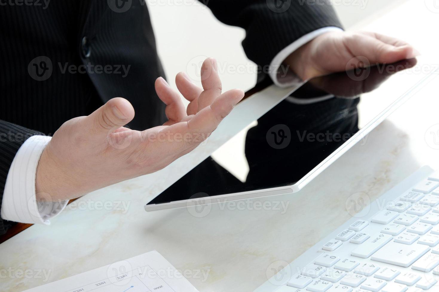 zakenman in kantoor uit te leggen foto