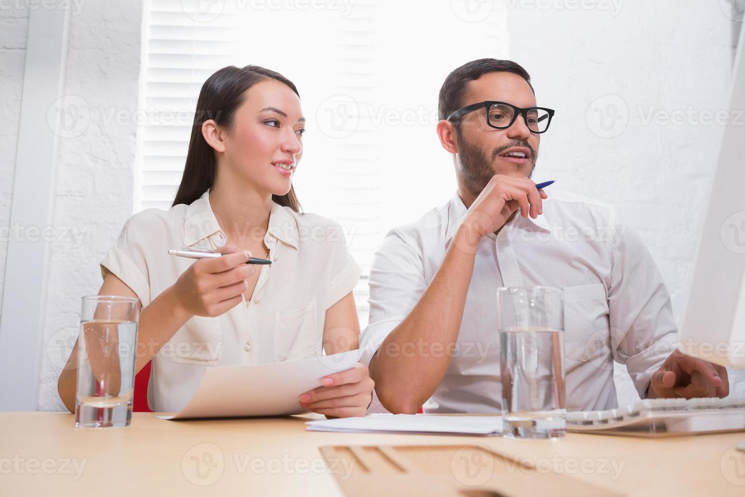 casual collega's in vergadering op kantoor foto