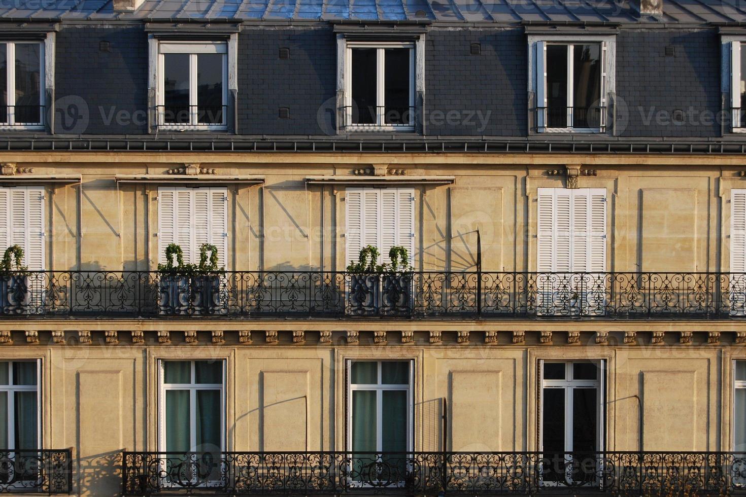 typische Parijse Franse stedelijke huizen sluiten omhoog foto