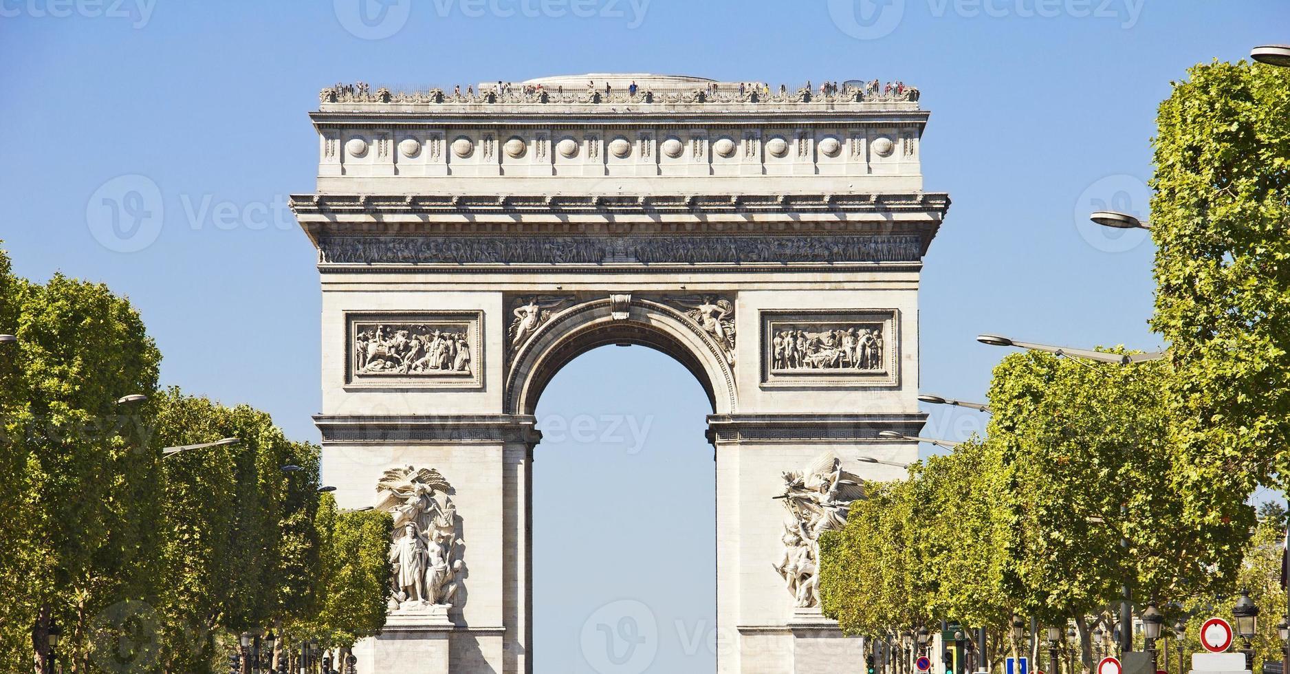 champs-elysees en de arc du triomphe, parijs foto