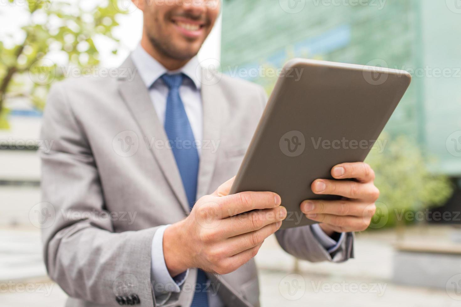 sluit omhoog van de bedrijfsmens met tabletpc in stad foto