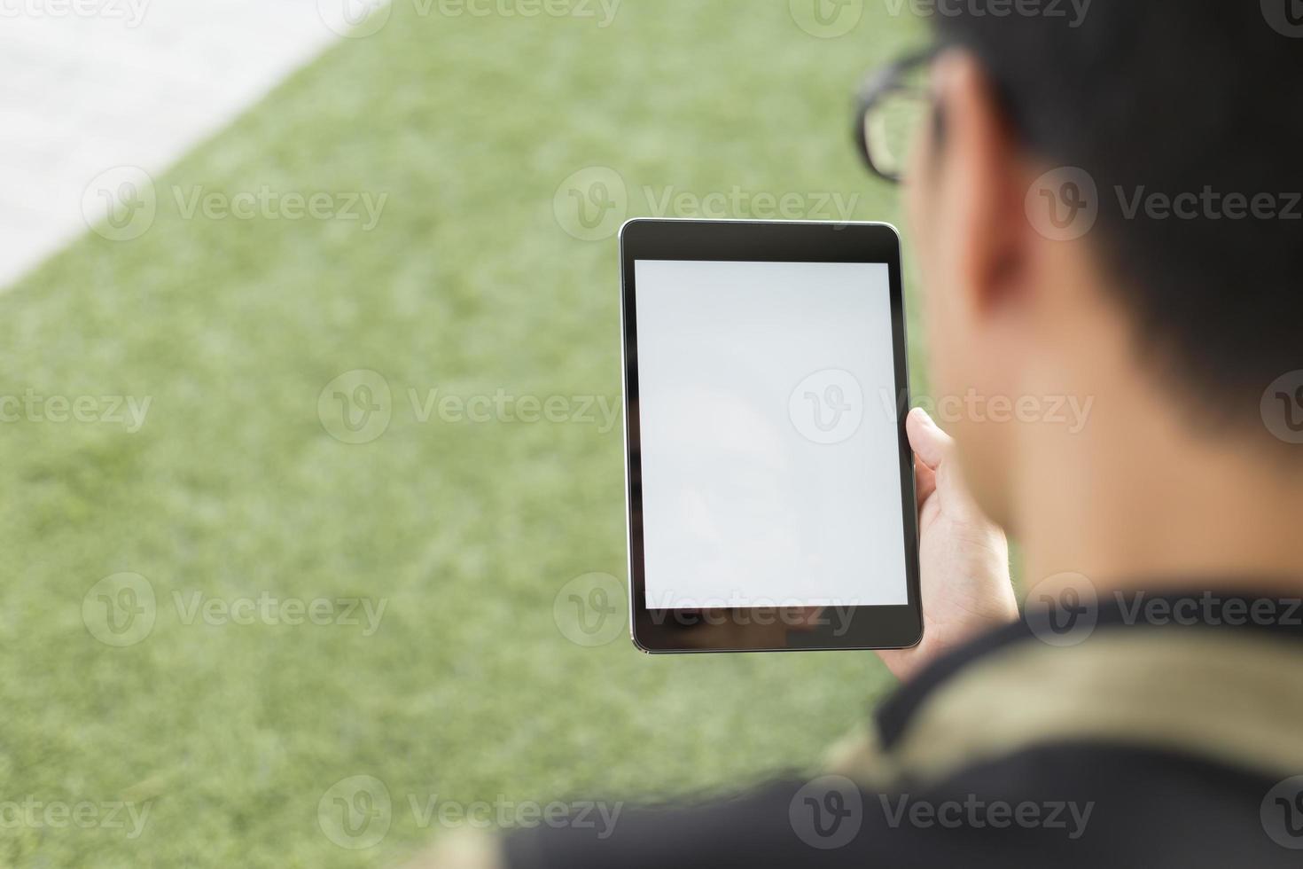 man kijk een lege tablet foto