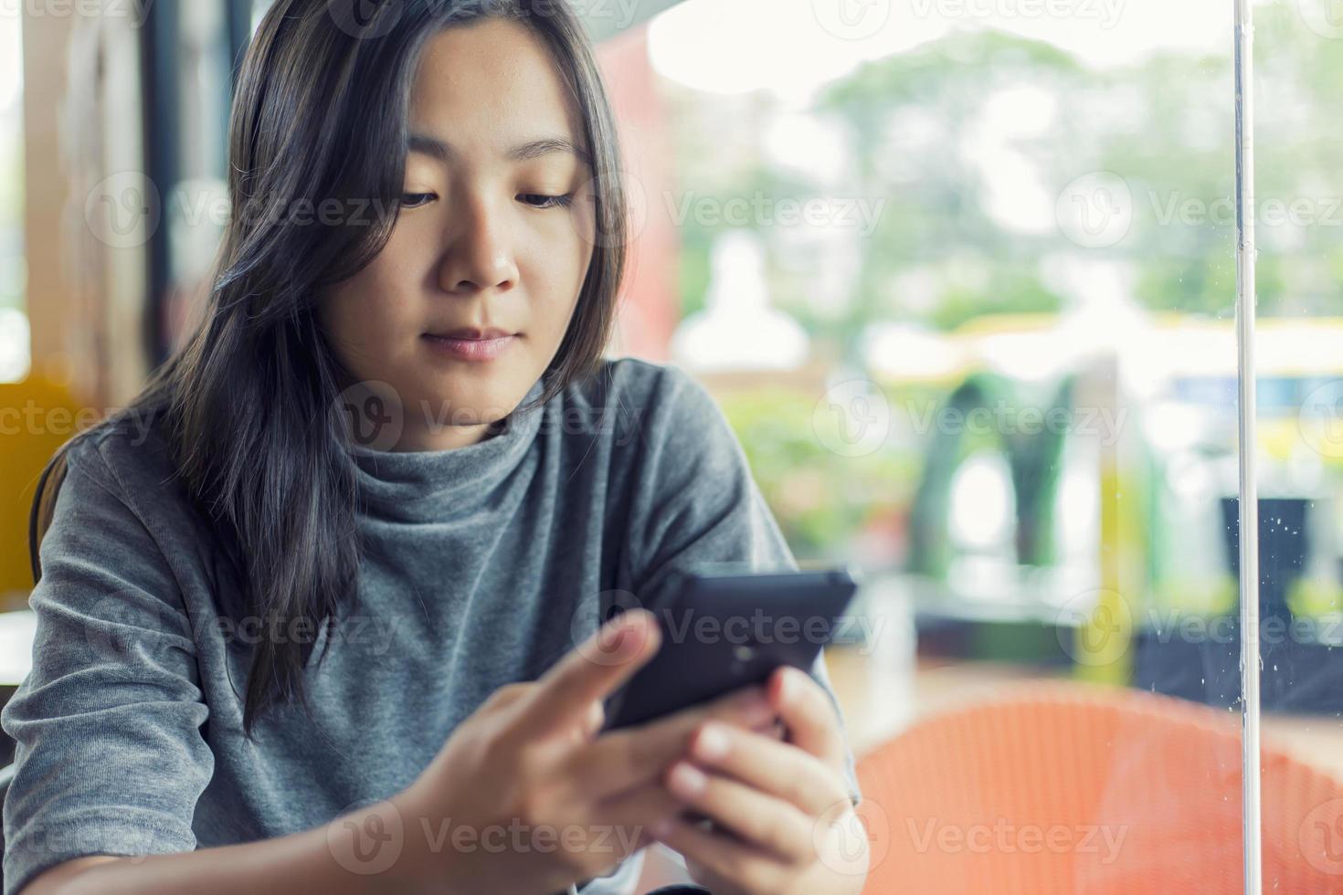 vrouwen gebruiken smartphone voor zaken in café foto