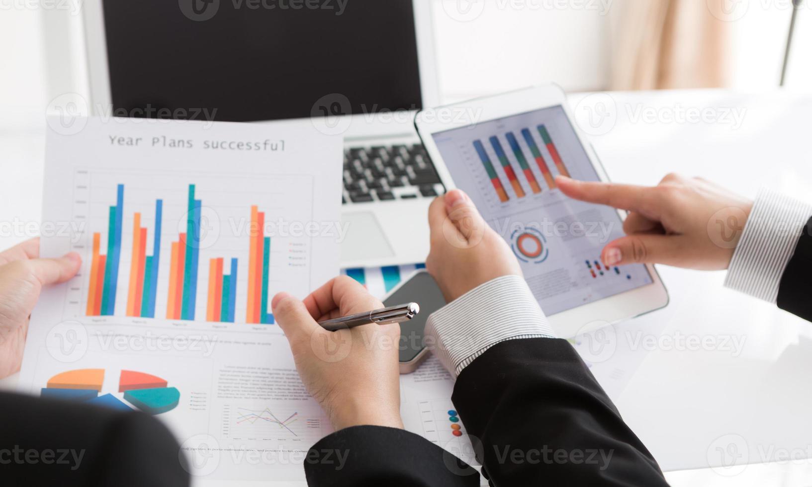 close-up van business team met behulp van digitale tablet met financiële di foto