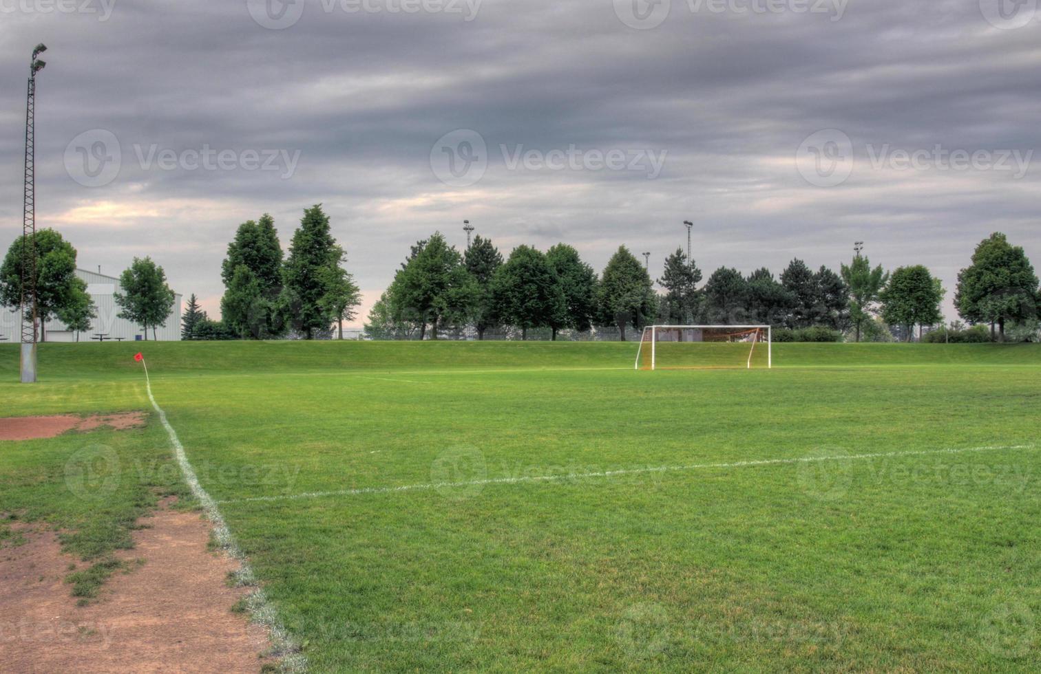 grijze wolken en voetbalveld foto
