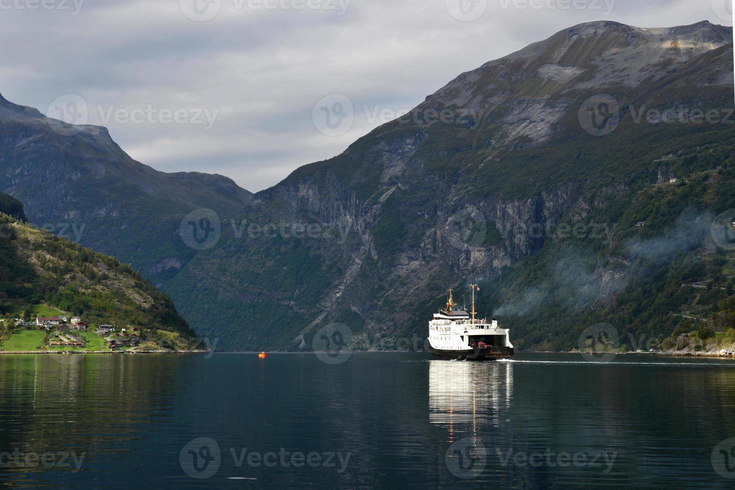 geiranger fjord met veerboot foto