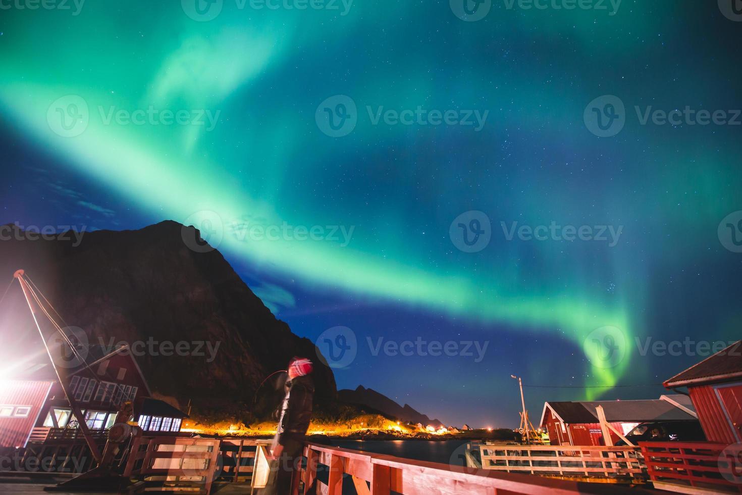 enorme levendige aurora borealisme noorderlicht in noorwegen, lofoten eilanden foto