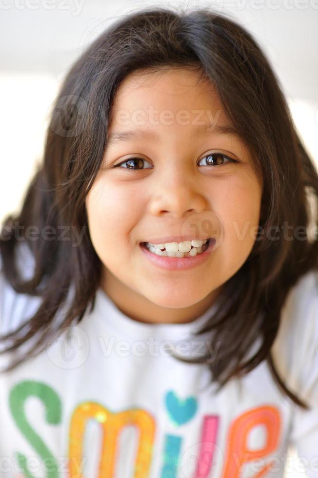 headshot van 8 jaar oud meisje, gemengd Kaukasisch en Chinees foto