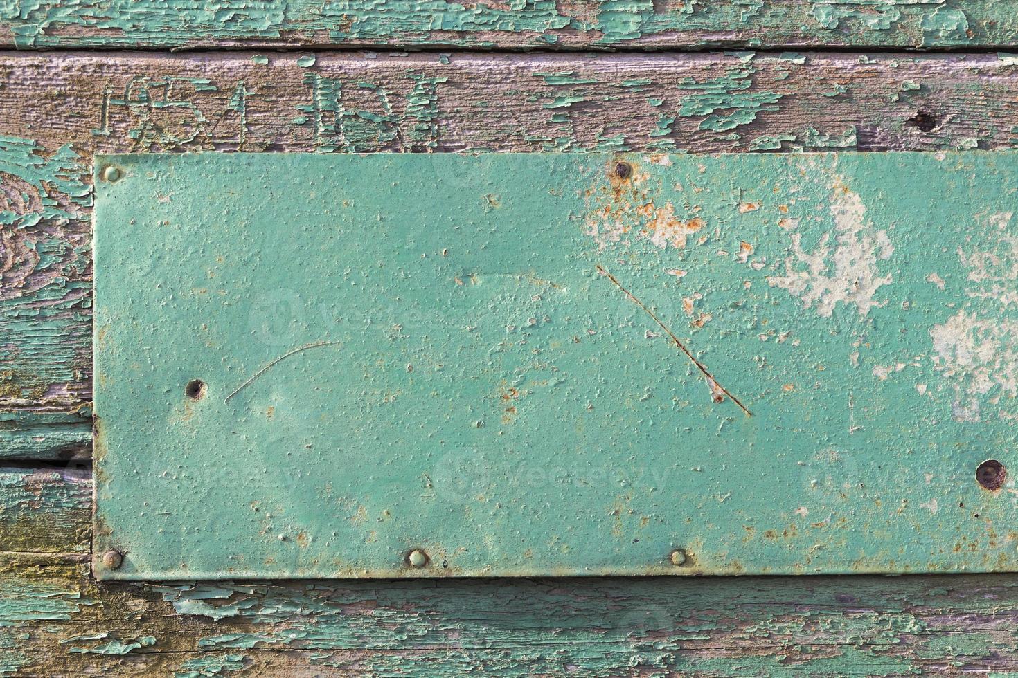 oude houten houten muur met metaal foto