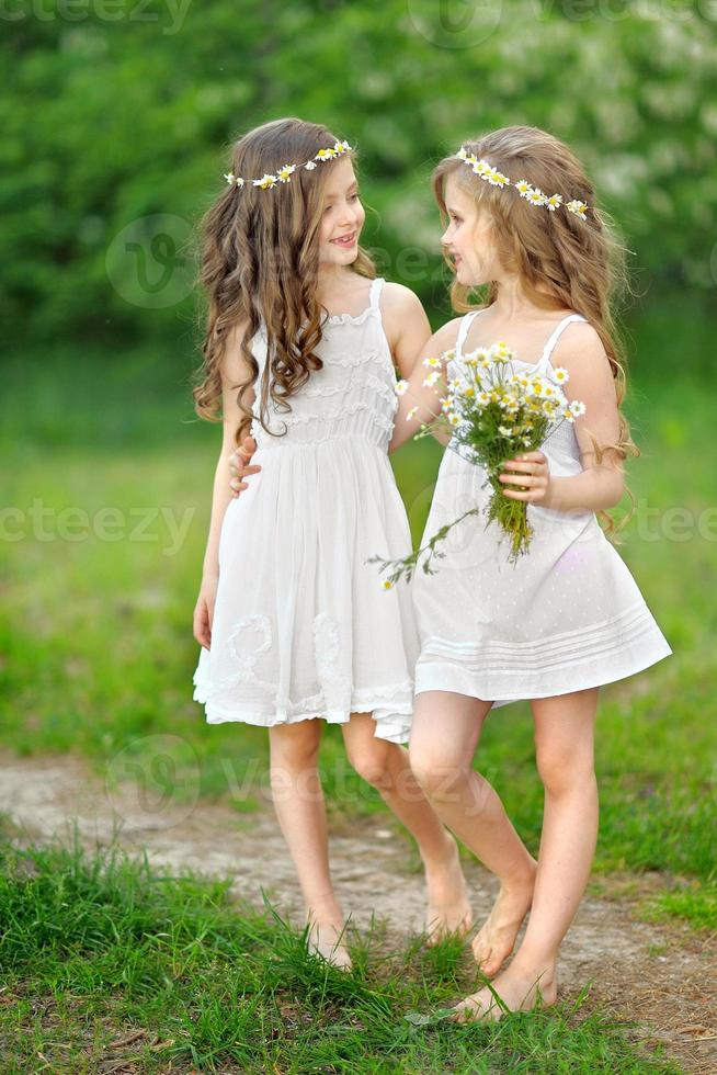 portret van twee meisjes in het bos vriendinnen foto