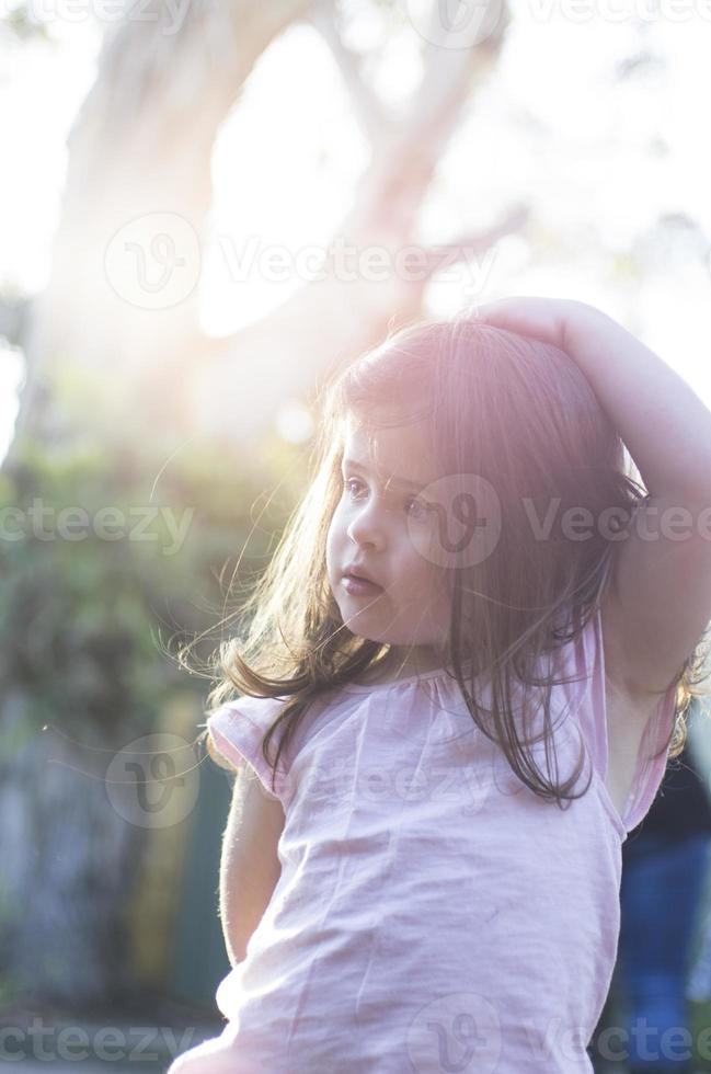 gelukkig meisje in de zon foto