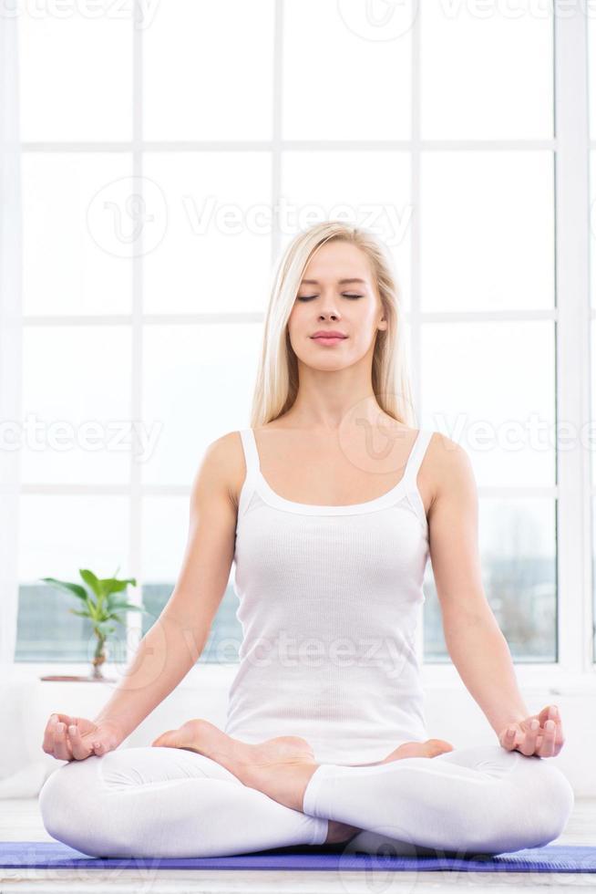 yoga concept met jonge vrouw foto