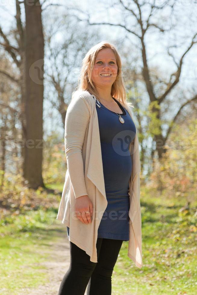 zwangere jonge vrouw die van aard geniet. foto