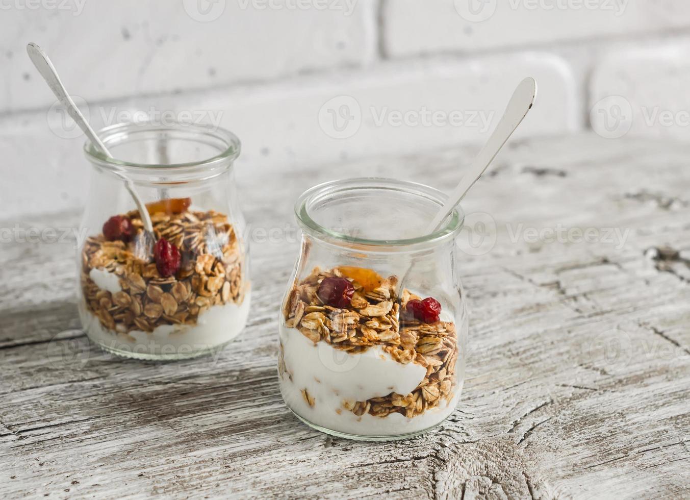 zelfgemaakte muesli en natuurlijke yoghurt. gezond eten foto