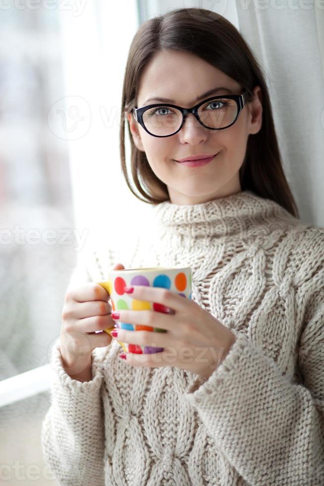 genieten van thee bij het raam foto