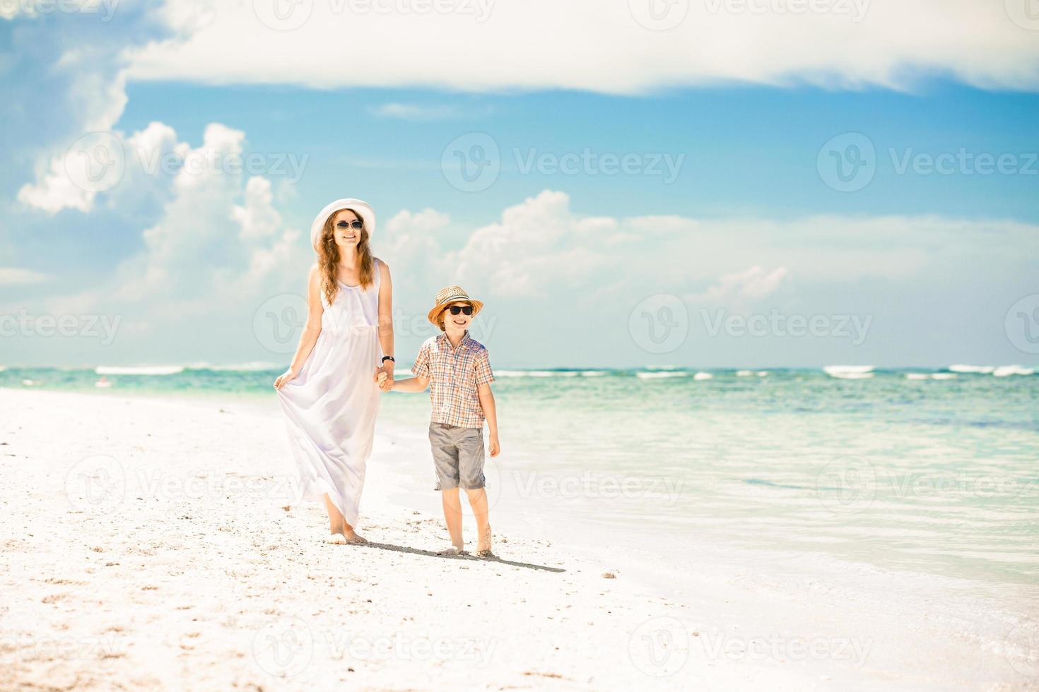 gelukkig mooie moeder en zoon genieten van strand tijd foto