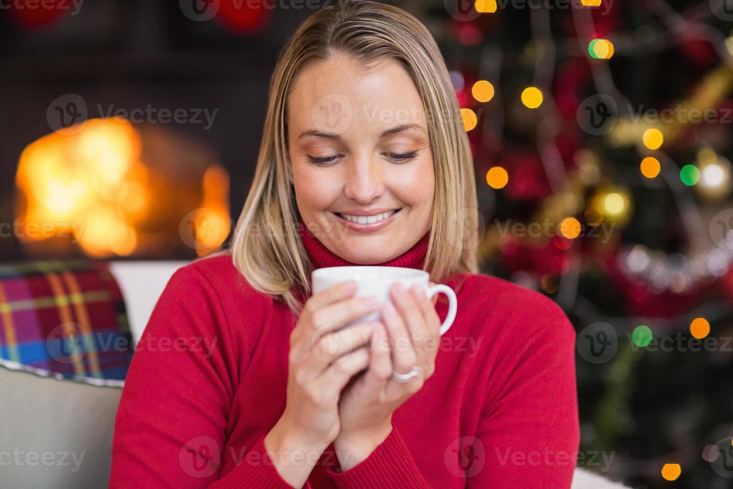 mooie blonde genieten van een warm drankje met Kerstmis foto