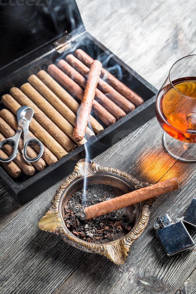 geniet van de avond met een sigaar en cognac foto